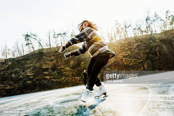 amateur figure skater mid twirl - 25 29 anos imagens e fotografias de stock