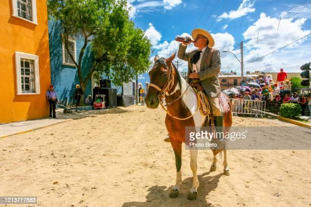 figuras y actores aficionados evocan la vida y la muerte del famoso general mexicano pancho villa - pancho villa fotografías e imágenes de stock