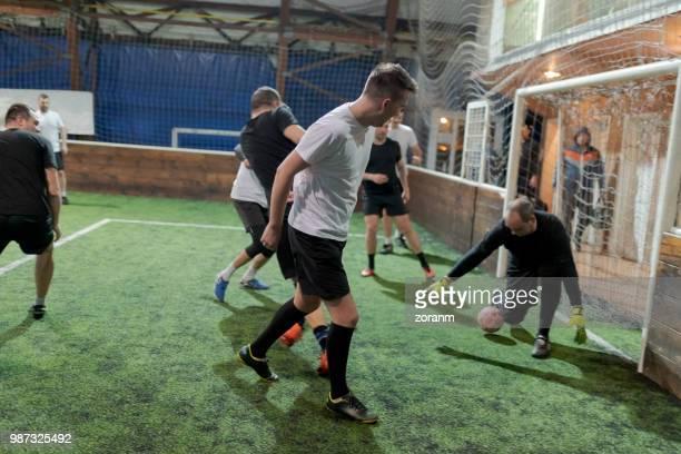 アマチュア サッカーのゴールキーパーの防衛 - スポーツリーグ ストックフォトと画像