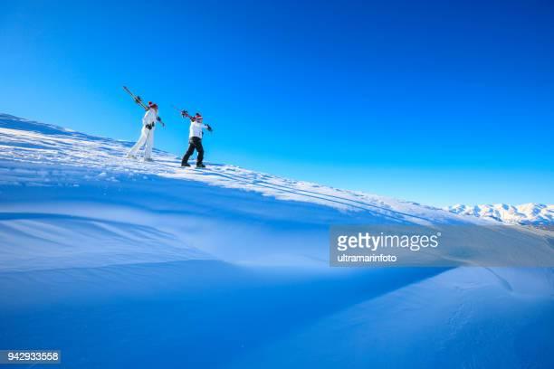 アマチュア ウィンター スポーツ アルペン スキー。 カップル最高の友人男性と女性、日当たりの良いスキー場で楽しむ雪のスキーヤー。 雪に覆われた高山の風景。 イタリア アルプス ドロミテ イタリア、ヨーロッパの山。 - マドンナディカンピリオ ストックフォトと画像