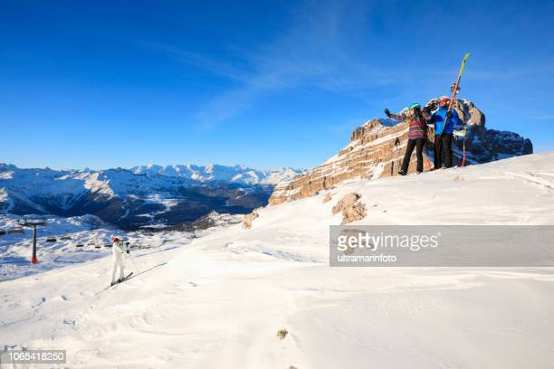 アマチュア ウィンター スポーツ アルペン スキー。スキーヤーのグループ。最高の友人男性と女性、日当たりの良いスキー場で楽しむ雪のスキーヤー。 雪に覆われた高山の風景。 イタリア