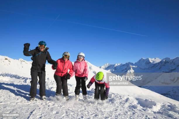 Amateur Wintersport Ski Alpin. Gruppe von Skifahrern, Familie Mutter und Vater mit Kindern, Schnee-Skifahrer genießen auf sonnigen Skigebiete. Schneebedeckte Hochgebirgslandschaft. Italienischen Alpen Berge der Dolomiten Italien, Europa.