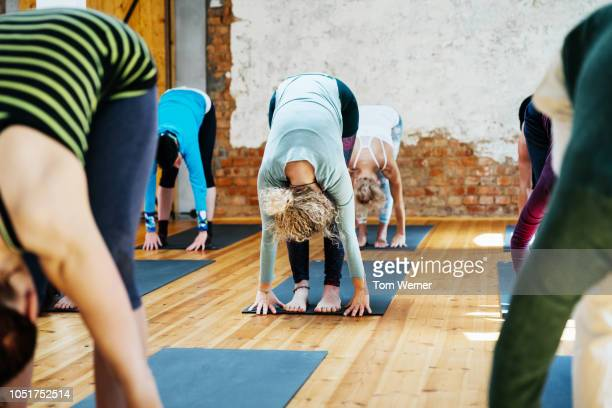 amateur yoga class posing together - yoga studio stock pictures, royalty-free photos & images