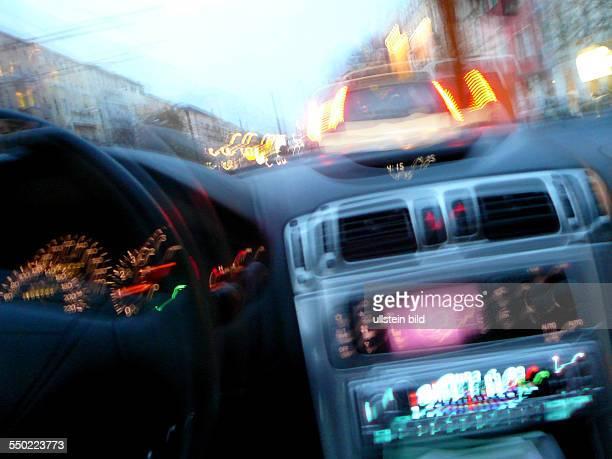 Amaturen eines Autos aus der Sicht eines betrunkenen Fahrers