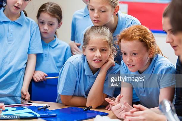 me sorprende la escuela niñas en clase de ciencias - escuela primaria fotografías e imágenes de stock