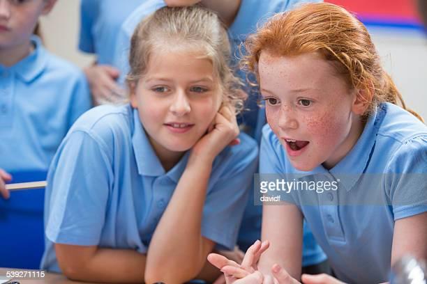 Erstaunt Mädchen in School-Science-Klasse