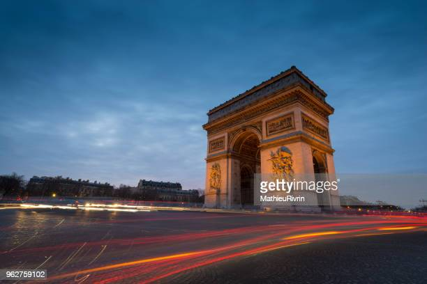 amazing blue hour in arch of triumph in paris - global village stock pictures, royalty-free photos & images