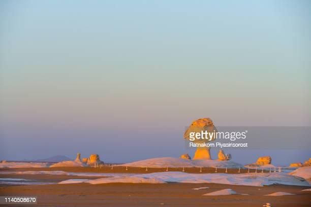 amazing landscape in the western sahara, white sand desert in africa, egypt - nordafrika stock-fotos und bilder