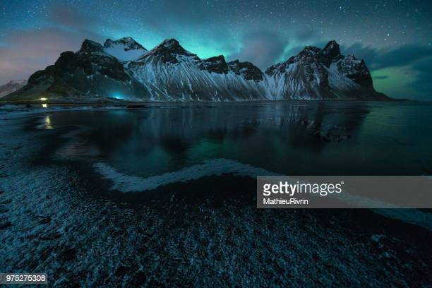 amazing northern lights in iceland - stokksnes, vestrahorn - norte fotografías e imágenes de stock