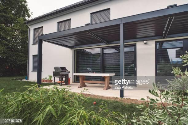 incroyable terrasse et maison moderne - pergola photos et images de collection