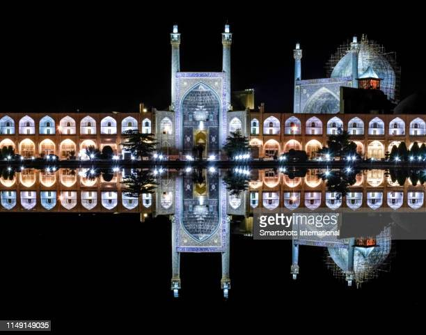 """amazing reflection of """"masjed-e shah"""" mosque (""""shah mosque"""") on """"naqsh-e jahan square"""" fountain in isfahan, iran - イマームホメイニ広場 ストックフォトと画像"""