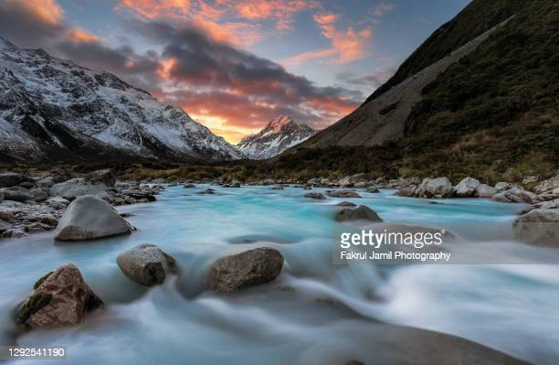 amazing sunset at hooker river valley overlooking mount cook in new zealand - clima alpino foto e immagini stock