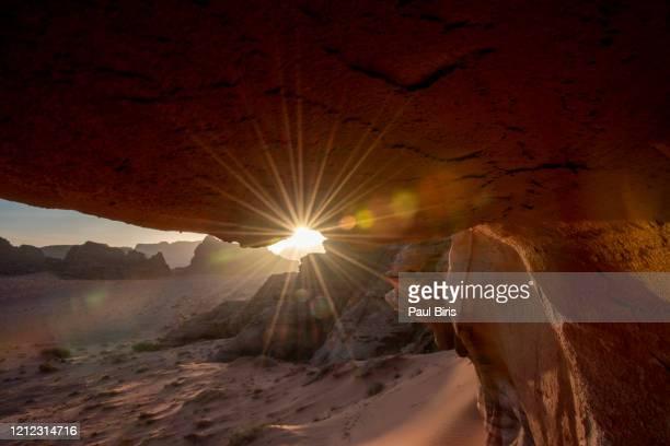 amazing sunset in the wadi rum desert, jordan - paisajes de jordania fotografías e imágenes de stock