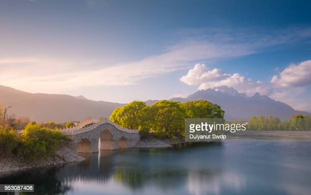 amazing view of the jade dragon snow mountain at qingxi reservoir, lijiang, china - yunnan province stock pictures, royalty-free photos & images