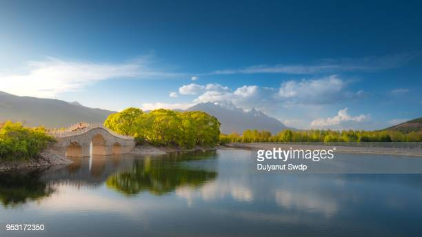 amazing view of the jade dragon snow mountain view from qingxi reservoir, lijiang, china - yunnan province stock pictures, royalty-free photos & images