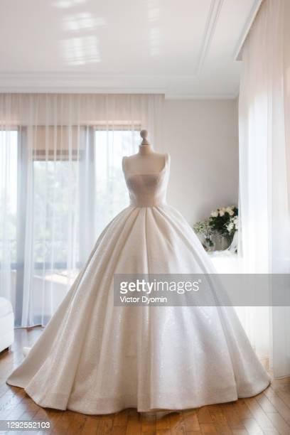 amazing white wedding dress on the mannequin - cérémonie du mariage photos et images de collection