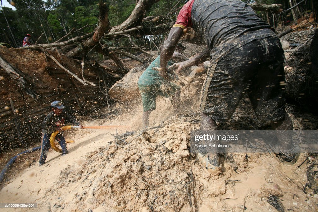 People working in mine : News Photo