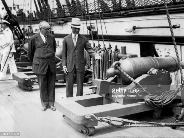 L'ambassadeur de France Paul Claudel et le secrétaire de la Navy Charles Francis Adams inspectent un des canons à bord du vieil 'USS Constitution' à...