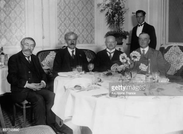 L'Ambassadeur français Aristide Briand le Premier ministre britannique Ramsey MacDonald le ministre des Affaires étrangères allemand Gustav...
