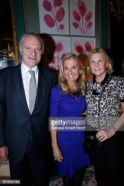 Ambassador to France Jane D Hartley standing between Alain Flammarion and his wife Suzanna attend the Press conference announcing a donation by...