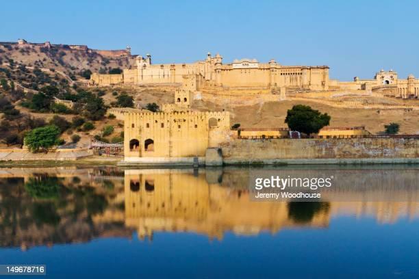 amber fort on indian waterfront - amber fort stockfoto's en -beelden