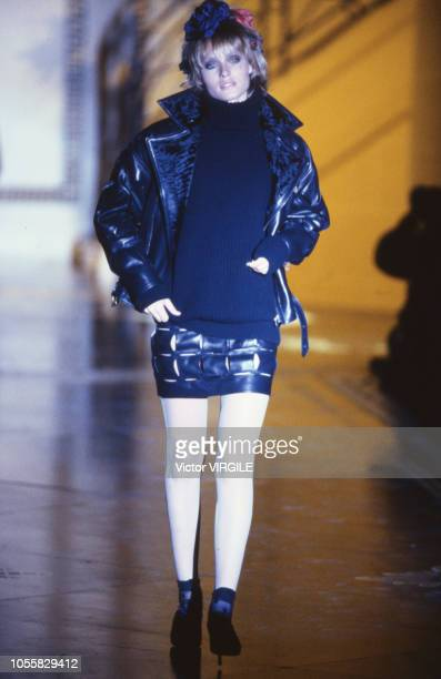 Amber Valetta walks the runway at the Versace Haute Couture Fall/Winter 19931994 fashion show during the Paris Fashion Week in July 1993 in Paris...