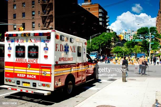 fdny krankenwagen in brooklyn - erste hilfe hinweisschild stock-fotos und bilder