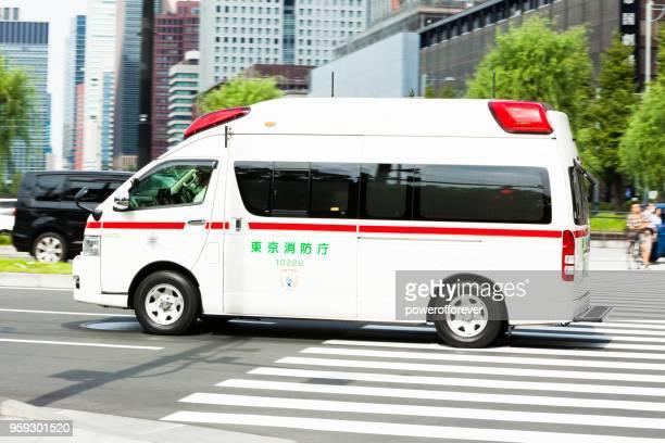 東京都のダウンタウンに救急車 - 救急車 ストックフォトと画像