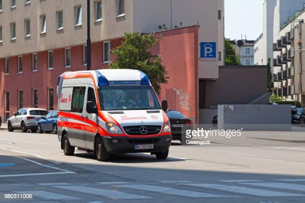 ambulanz für die johanniter in wien - rettung stock-fotos und bilder