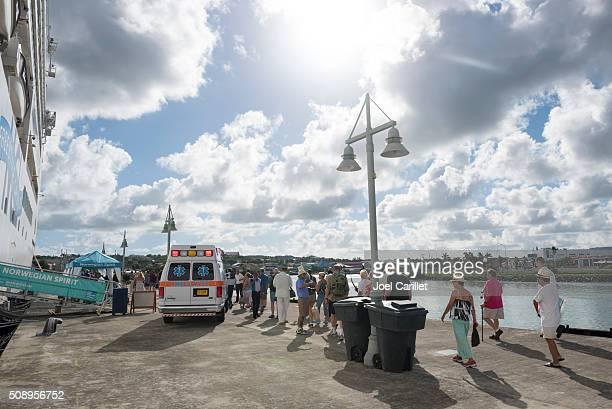 rettungswagen außerhalb eines kreuzfahrtschiffes in antigua - passagier wasserfahrzeug stock-fotos und bilder