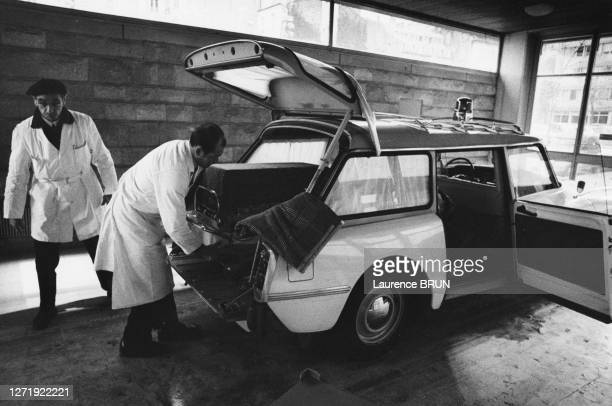 Ambulance équipée pour le transport de bébé prématurés en couveuse, à la maternité de Port-Royal, à Paris, en novembre 1970, France.
