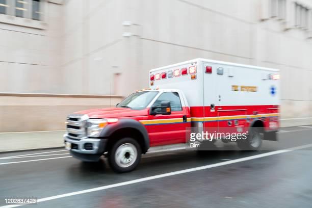ニューヨークの救急車のスピード違反、ぼやけた動き - 救急車 ストックフォトと画像