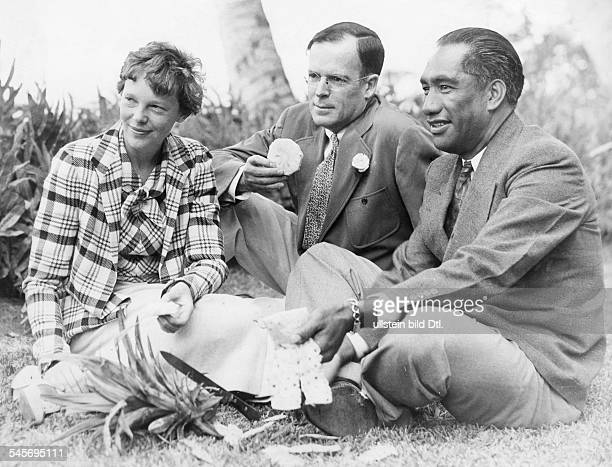 Amelia Earhart24071897 Aviatrix USAwith her husband George Palmer Putnam and Duke Kahanamoku the former swimmer now sheriff of Honolulu / Hawaii 1935