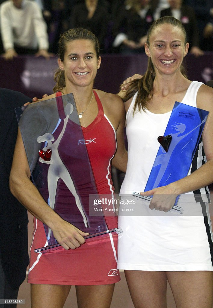 Gaz de France Open - Final Round - Amelie Mauresmo vs Mary Pierce : News Photo