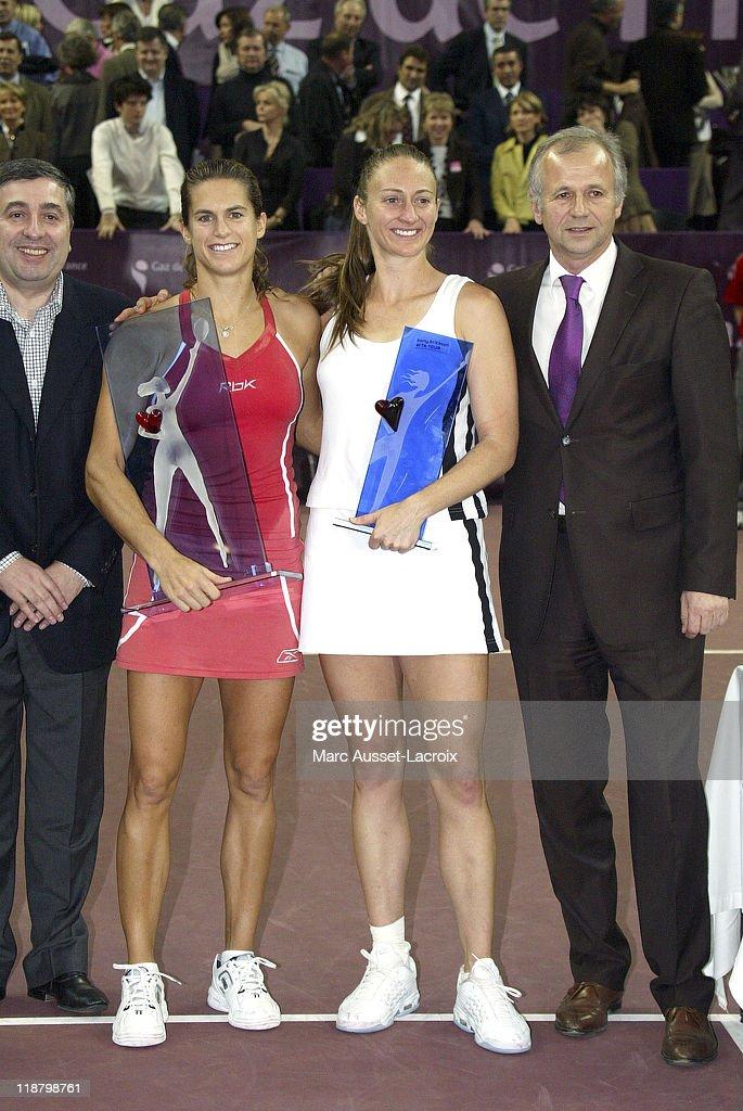 Gaz de France Open - Final Round - Amelie Mauresmo vs Mary Pierce : ニュース写真