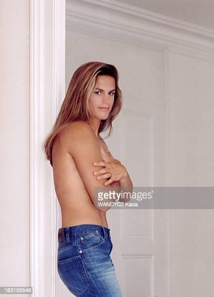 Amelie Mauresmo At Home In Switzerland Genève Suisse 14 mai 2003 Attitude d'Amélie MAURESMO appuyée contre un encadrement de porte en jeans les bras...