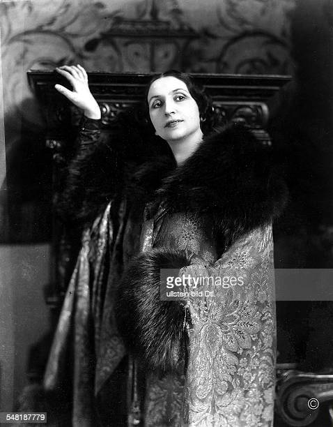 Amelita Galli-Curci *18.11.1882-+ Opera singer, Italy - in a brocade coat with fur trimming - 1927 - Photographer: James E. Abbe - Published by: 'Die...