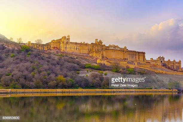 amer fort / amber fort at amber near jaipur, rajasthan, india at sunset - peter forte - fotografias e filmes do acervo