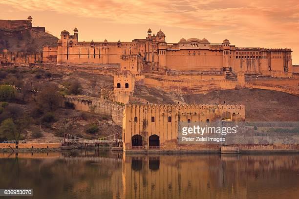 amer fort or amber fort in amer, jaipur, rajasthan state, india at sunset - rajastão imagens e fotografias de stock
