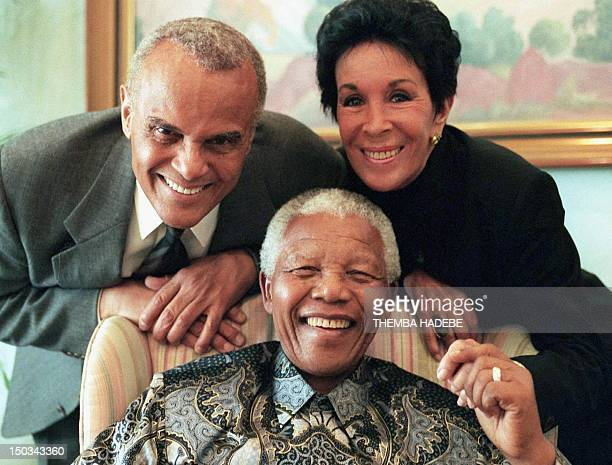 American actor and singer Harry Belafonte and his wife pose with South African president Nelson Mandela in Pretoria 15 June 1999 Belafonte is in...