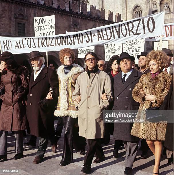 American actor Dustin Hoffman and Italian actress Carla Gravina parading prodivorce in the film Alfredo Alfredo 1972