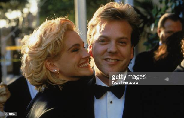 American actor Julia Roberts and her boyfriend Canadian actor Kiefer Sutherland arrive at the Academy Awards ceremonies Los Angeles California circa...