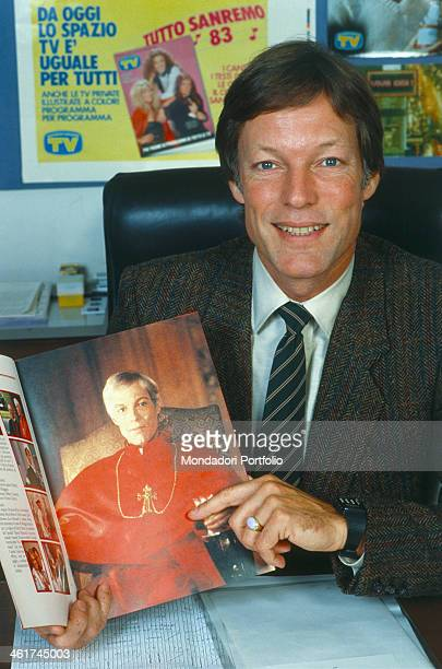 American actor Richard Chamberlain in the editorial office of the magazine TV Sorrisi e Canzoni showing smiling a copy of the magazine bearing a...
