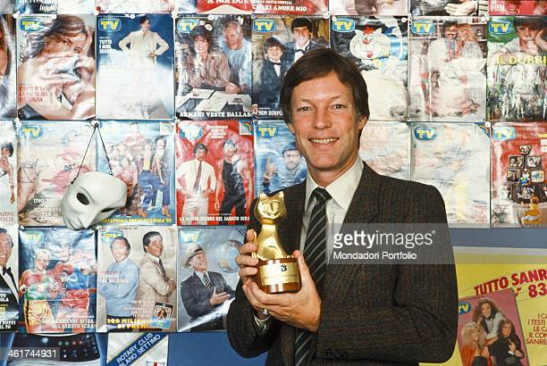 American actor Richard Chamberlain showing smiling the Telegatto award in the editorial office of the magazine TV Sorrisi e Canzoni Milan 1983