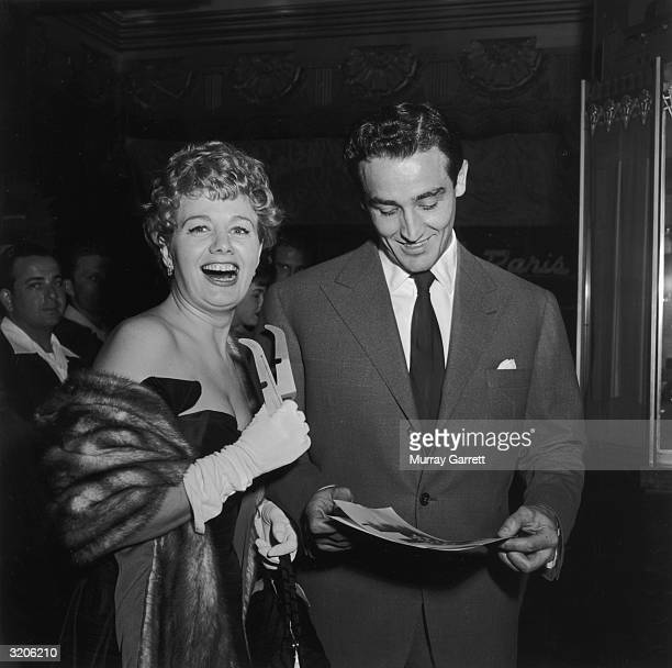 American actor Shelley Winters laughs while holding a pair of 3D glasses she stands with her husband Italian actor Vittorio Gassman at the premiere...