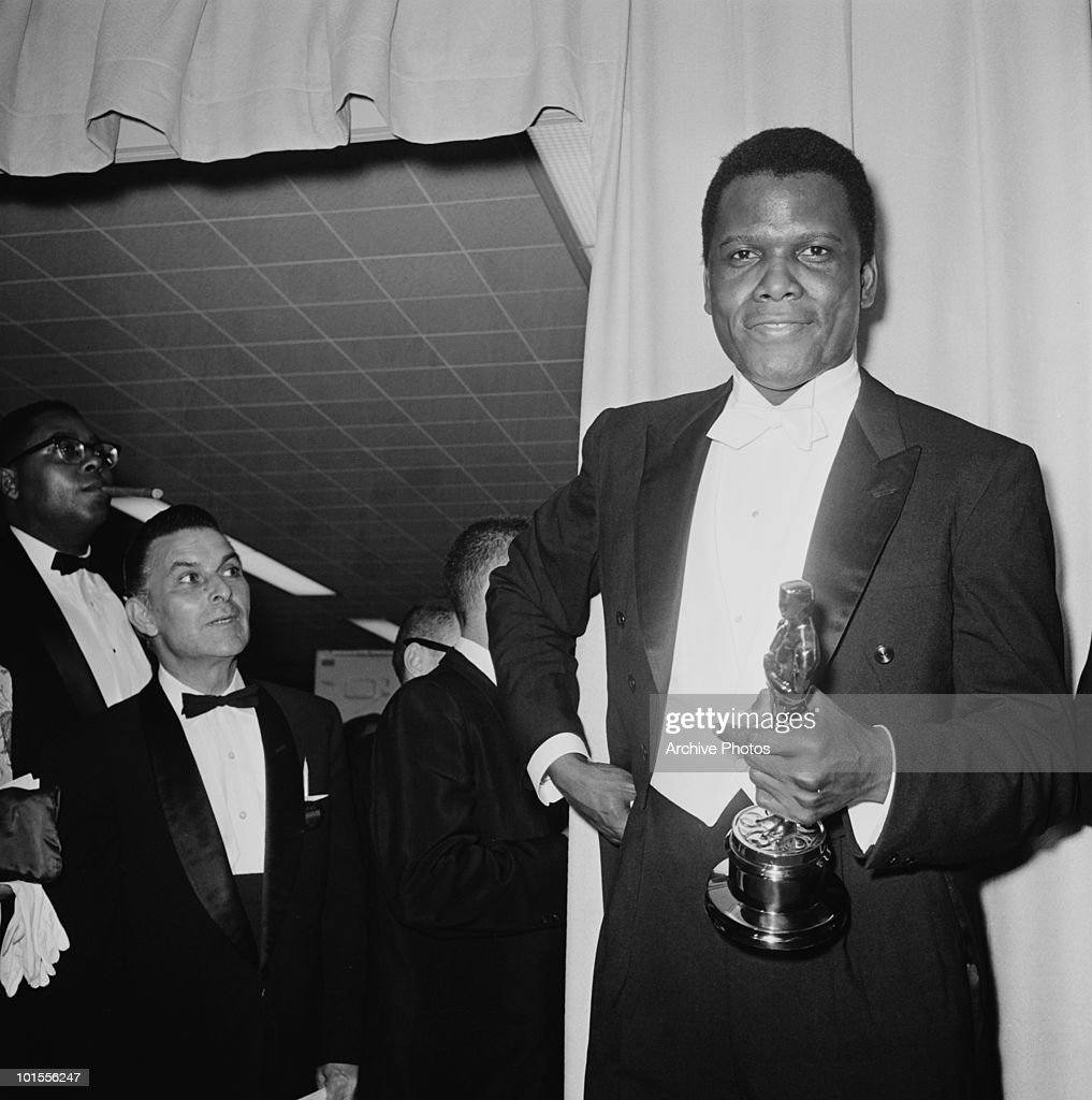 American actor Sidney Poitier with his Oscar after he won the Academy Award for Best Actor in a Leading Role, at the Beverly Hilton Hotel in Hollywood, California, 13th April 1964. Poitier won for his performance in 'Lilies Of The Field', directed by Ralph Nelson. (Photo by Archive Photos/Getty Images) )