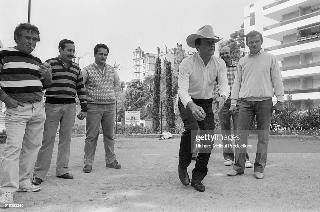 Tony Curtis Playing Boules in Cannes : Photo d'actualité