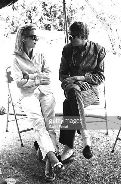 American actors James Coburn and Lee Remick during a break in the filming of the movie 'Antes matar…después amar' Madrid Spain