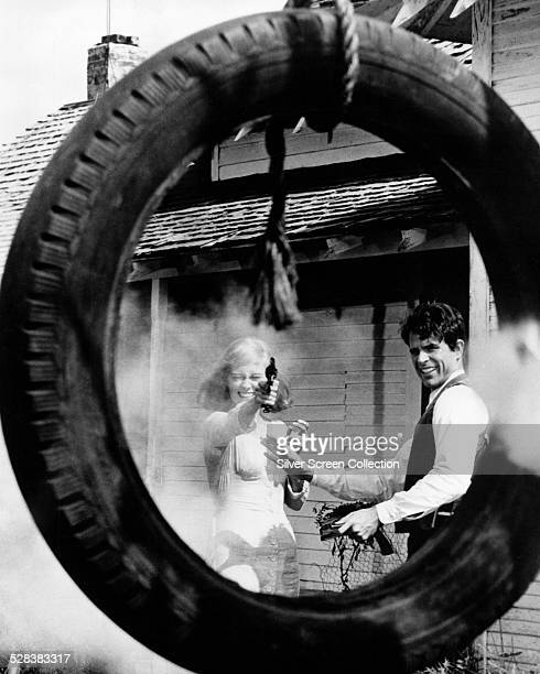 American actors Warren Beatty as Clyde Barrow and Faye Dunaway as Bonnie Parker in 'Bonnie And Clyde' directed by Arthur Penn 1967