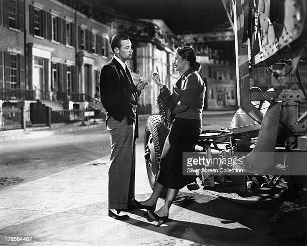 American actors William Holden as Joe Gillis and Nancy Olson as Betty Schaefer in 'Sunset Boulevard', directed by Billy Wilder, 1950.